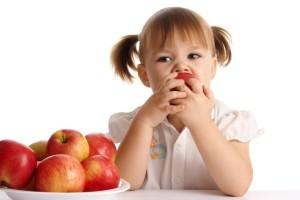 nina comiendo manzanas