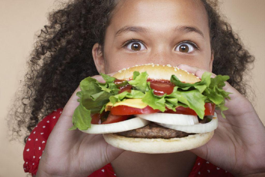 nina comiendo hamburguesa