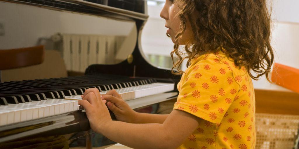 nina tocando piano