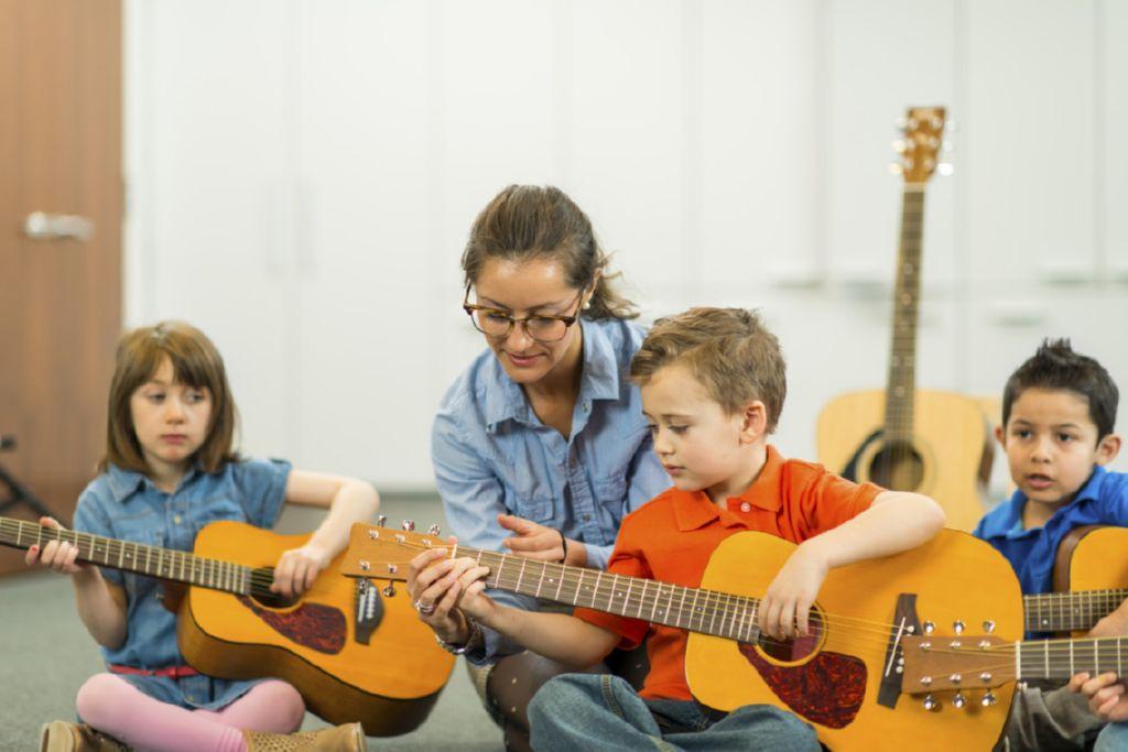 ninos aprendiendo guitarra