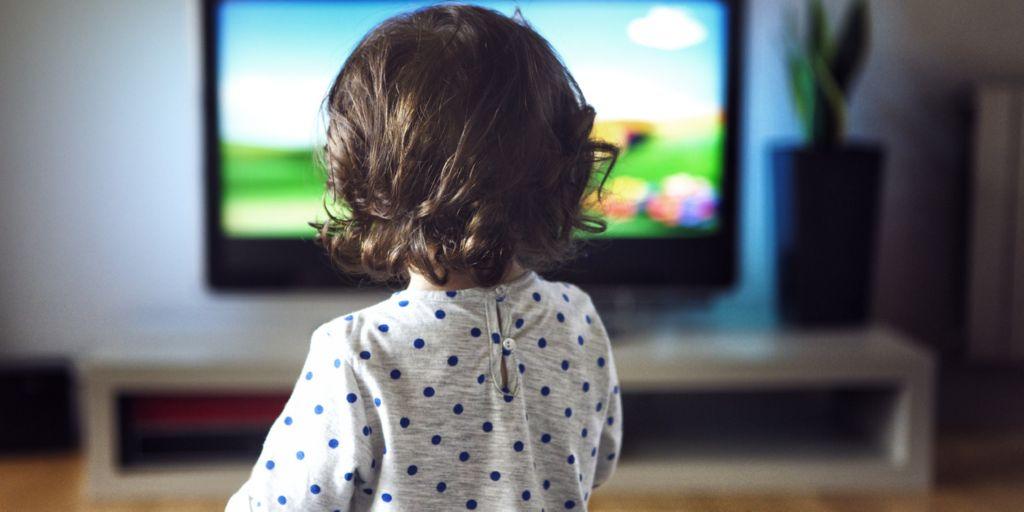bebe viendo television