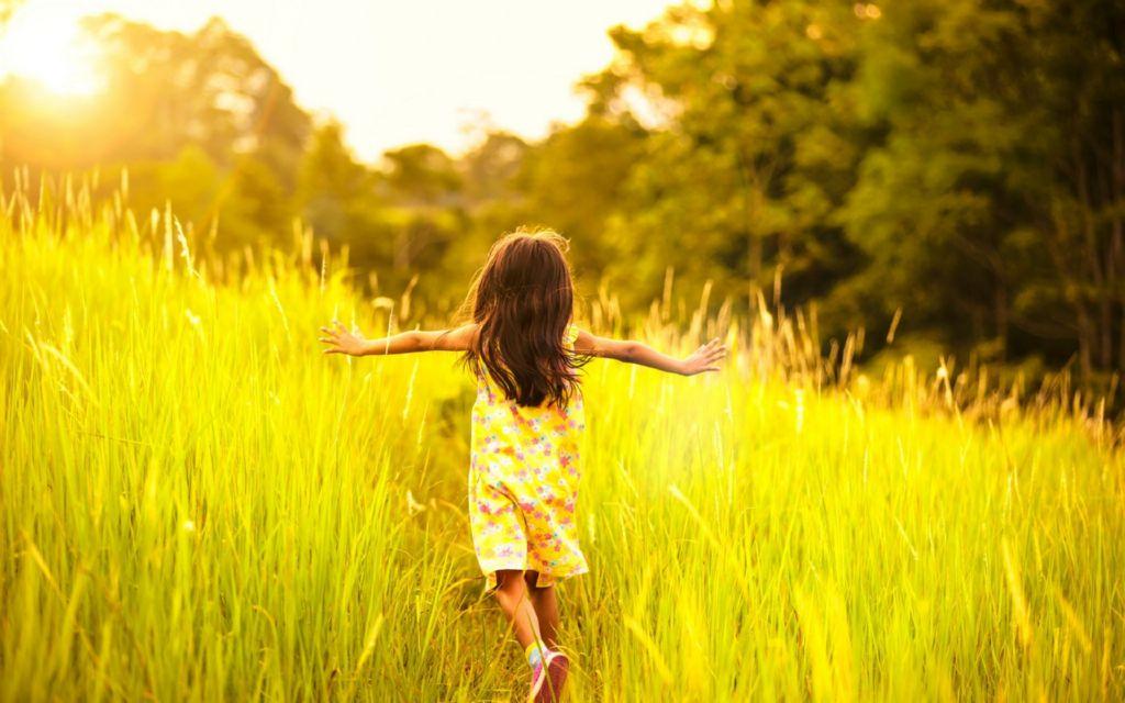 nina en el campo