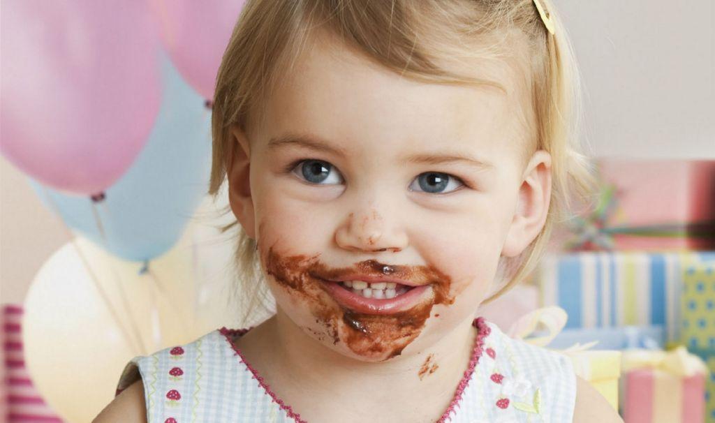 nina comiendo tarta